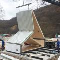 """イタリア建設会社が折りたたみ式住居""""M.A.Di.""""を開発。2階建て27㎡の最小ユニットはわずか6時間で完成。基礎が不要で災害地で仮設住宅としても役立つ"""