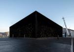 """最も黒い顔料""""ベンタブラック""""を塗装。ロンドンの建築家アシフ・カーンによるパヴィリオン。遠方からは宇宙空間の深さを感じ近くに来て初めて形状を認識する"""
