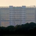 ジャン・ヌーベルによるヨーロッパ特許事務所がオランダ・ハーグに完成。奥行きがわずか12.6mのため背後の景色が透過し、鏡面ガラス外壁により空に溶け込む