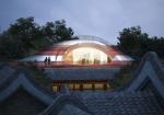MAD Architectsが北京に幼稚園をデザイン。歴史的建造物を避ける形で配置され、屋上にはカラフルな遊び場を計画。内部の各空間は閉じずオープンコンセプトとした