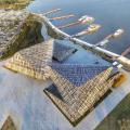 隈研吾による中国・蘇州のポート・ターミナル。アルミアングルをランダムに配置し、大きな丘のような地形的ストラクチャーを構成。売店、観光センターを備える