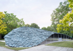 石上純也による2019サーペンタイン・パビリオンが完成。スレートで構成された総重量61tonの屋根を106本の細い柱で支える
